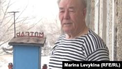 Пенсионер Николай Мотвиец смастерил на своём балконе «мотель»-скворечник. Посёлок Шульбинск Восточно-Казахстанской области, март 2013 года.