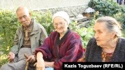 Алматы тұрғындары (солдан оңға қарай): Юрий Пан, Раиса Карасенко және Мария Квашнина. Алматы, 18 тамыз 2013 жыл.