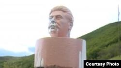 Голова бюста Сталина, стоявшая в селе Атени в Грузии.