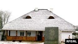 Відновлена хата-плебанія, де жила родина Бандер, с.Старий Угринів Калуского району