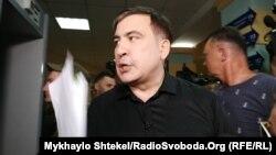Колишній президент Грузії та колишній голова Одеської ОДА Міхеїл Саакашвілі демонструє «чорну бухгалтерію» Одеської міської ради
