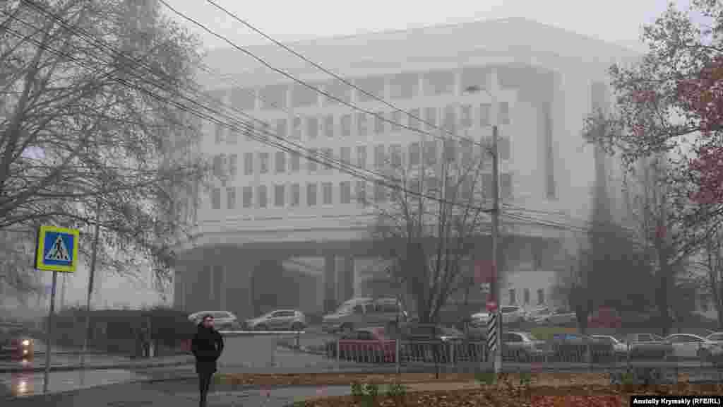 У місцевому парламенті проходить сесія, на якій вперше затверджують трирічний бездефіцитний бюджет Криму