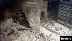 Група пожарникари преминава през района на атентата, който е покрит с гигантски отломки и фин бял плах. Снимката е от 11 септември 2001 г.