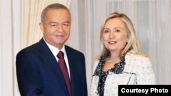 Ислам Каримов, Өзбекстан президенті (сол жақта) және Хилари Клинтон, АҚШ мемлекеттік хатшысы. Ташкент, 23 қазан 2011 жыл
