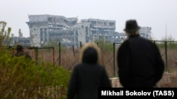 Богослужение в разрушенном Иверском монастыре вблизи Донецкого аэропорта