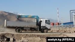 Нарындағы су электр станциясы құрылысы. Қырғызстан, 16 қазан 2014 жыл. (Көрнекі сурет.)