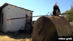 Дәнекерлеуші Құттыбай Ибрагимов биогаз өндіретін құрылғының үстінде жүр. Шілікті ауылы, Шалқар ауданы, Ақтөбе облысы. 25 тамыз 2013 жыл.