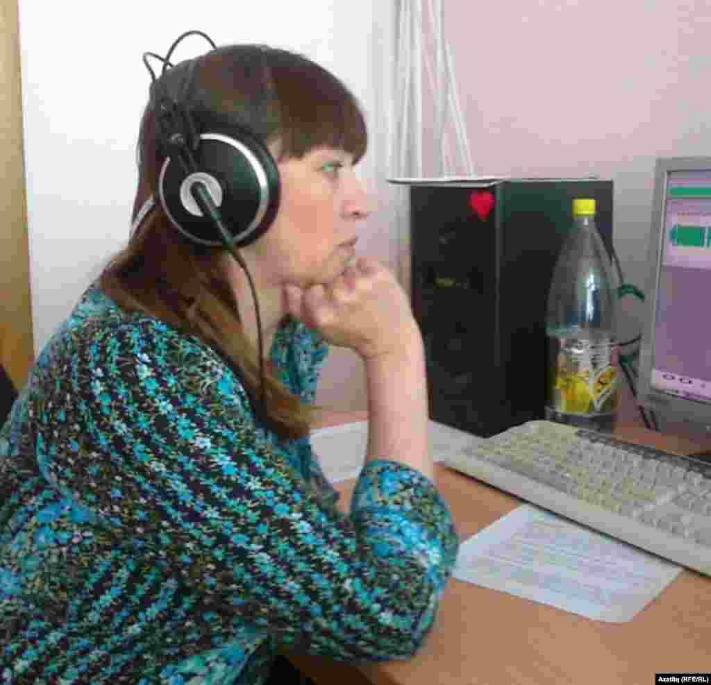 Журналист Римма Өметбаева яңа тапшыру әзерләгәндә