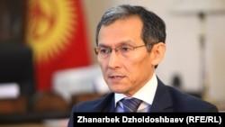 """Премьер-министр Жоомарт Оторбаев """"Азаттыктын"""" суроолоруна жооп берүүдө. Бишкек, 17-апрель, 2014."""