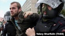 Задержание участника акции за честные выборы в Москве, 3 августа 2019 года