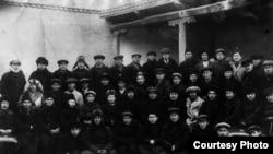 Тілші ғалымдардың республикалық тұңғыш съезінде. Құдайберген Жұбанов екінші қатарда сол жақта бірінші болып отыр. Қызылорда, 1928.