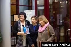 Ніна Хрушчова (у цэнтры), Сьвятлана Алексіевіч (справа) і вядоўца імпрэзы, расейская журналістка Надзея Ажгіхіна