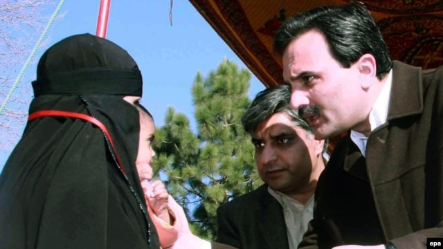 The chief minister of northwestern Pakistan's Khyber Pakhtunkhwa Province, Amir Haidar Khan Hoti (right), in 2009