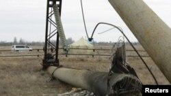 Пошкоджена опора ЛЕП біля Чонгару, Херсонська область