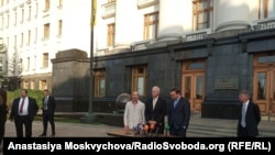 Американські сенатори Рон Джонсон (у центрі) та Кріс Мерфі (праворуч), Київ, 5 вересня 2019 року
