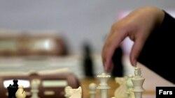 Кто в партии за пост в ФИДЕ играет белыми?