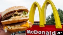 رستوران زنجیرهای آمریکایی «مکدونالدز» در ۱۲۰ کشور جهان شعبه دارد و محصولات خود را در این شعب، عرضه می کند