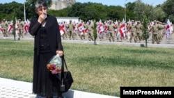 Женщина с цветами в день третьей годовщины августовской войны между Россией и Грузией. Тбилиси, 8 августа 2011 года.