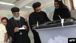 کشیشهای قِبطی مصر در حال رأی دادن. حدود ۱۰ درصد از مردم مصر مسیحی هستند.