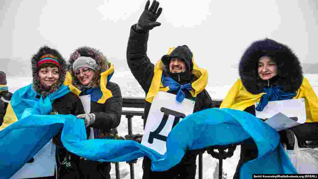 Участники собрались на левом и правом берегах Днепра в восемь утра