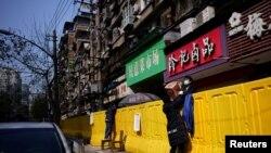 Preuzimanje namirnica iz marketa u Wuhanu, 1 april 2020.