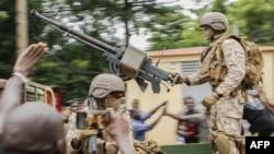 Malijski vojnici u vojnom vozilu na Trgu nezavisnosti u Bamaku, 18. avgusta 2020.