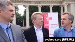 Юрась Губарэвіч, Віталь Рымашэўскі і Анатоль Лябедзька (зьлева направа) падчас збору подпісаў у Менску. Менск, 4 ліпеня 2016 году