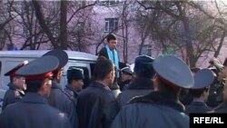 Темир Сариевди милиция кызматкерлерине кайрылып сүйлөп жатат