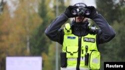 Естонски полицай наблюдава пътя за Рапла