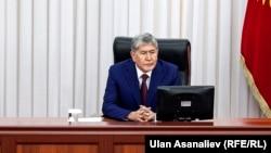 Экс-президент Алмазбек Атамбаев в Жогорку Кенеше. Архивное фото.