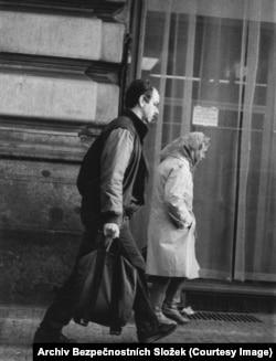 Вот этот неизвестный человек с сумкой уходит после встречи с Гаеком