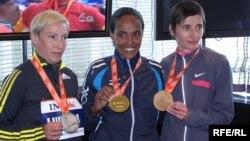 Переможниці Нью-Йоркського марафону 2009 року – ліворуч росіянка Людмила Петрова (друге місце), в центрі – переможниця Дерарту Тулу з Ефіопії, праворуч – француженка Крістель Доней (третє місце)