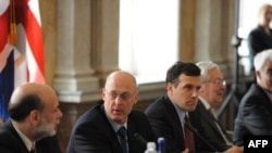 Ministrul de finanța american Henry Paulson (2ndL) discutînd cu Ben Bernake