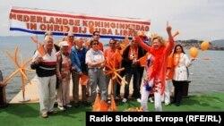 Холандската амбасадорка Симоне Филипини со холандските туристи во Охрид