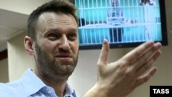 Навальный разговаривает с братом