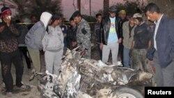 بقايا سيارة ملغومة إنفجرت في الحلة (الإثنين)