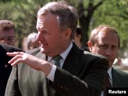 Владимир Путин за спиной Анатолия Собчака. Май 1994 года