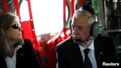 جیمز متیس، وزیر دفاع آمریکا و سالی دانلی مشاورش در بالگردی در شهر کابل روز دوشنبه چهارم اردیبهشت.