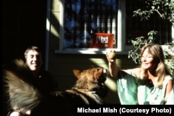 Vysotsky and Vlady at the Los Angeles home of friend Michael Mish in the 1970s