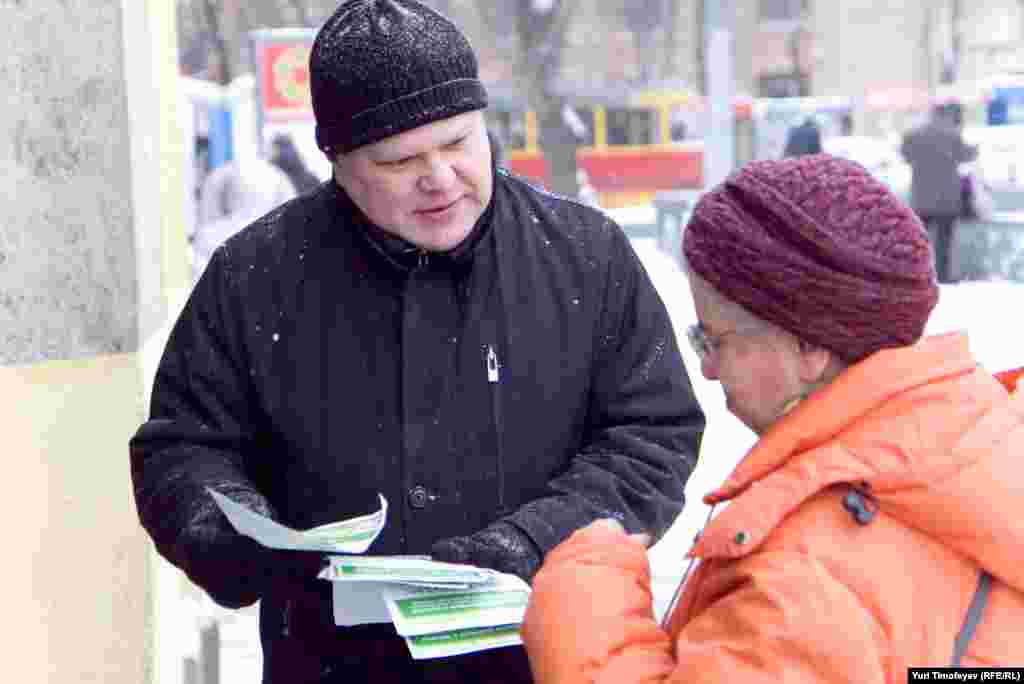 """Лидер """"Яблока"""" Сергей Митрохин лично приглашал граждан присоедениться к колонне """"Яблока"""" на шествии."""
