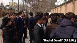 Группа таджикской молодежи возле здания представительства ЕС в Таджикистане. Душанбе, 20 февраля 2016 года.
