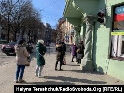 Львів'яни почали дотримуватись дистанції один від одного