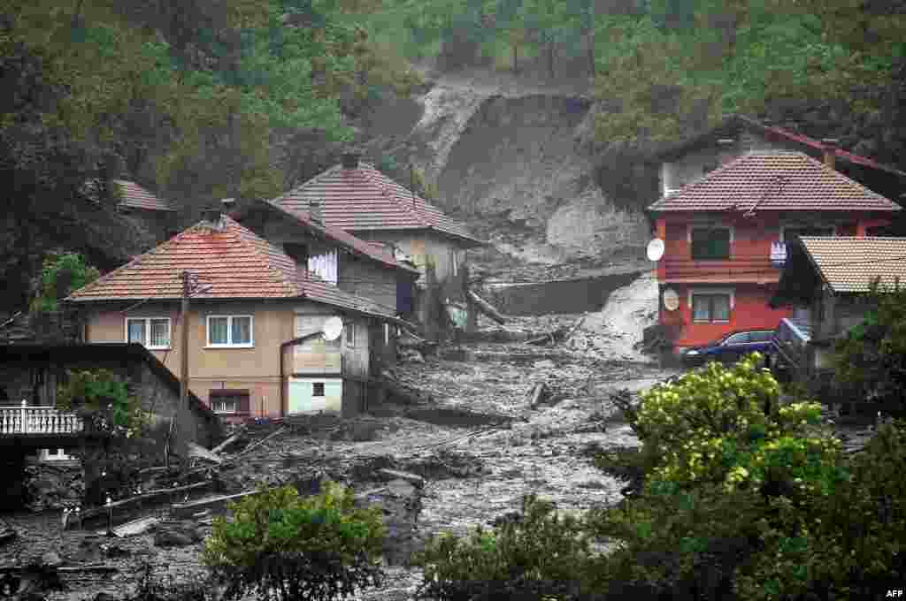 A landslide and floodwaters around houses in the village of Topcic Polje, near the central town of Zenica, Bosnia-Herzegovina, on May 15. Severe flooding in Serbia and Bosnia has forced schools to close and hundreds of people to evacuate their homes and left thousands more without power. (AFP/Elvis Barukcic)