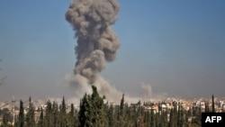 Клубы дыма от взрыва на юго-западе Алеппо, 3 ноября 2016 года