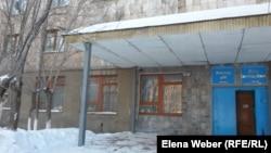 Общежитие Темиртауского политехнического колледжа, где установлен первый в городе аппарат по продаже презервативов. Темиртау, 29 января 2015 года.