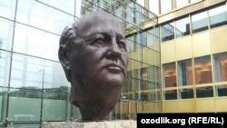 Германия. Памятник Михаилу Горбачеву в Берлине. 24.09.2015