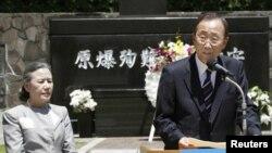 Ban Ki-moon u prisustvu supruge Yoo Soon-taek drži govovor u Nagasakiju, 5 avgust 2010