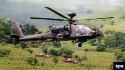 Un elicopter american și două tancuri românești, în timpul aplicațiilor Noble Jump 2017, poligonul Cincu.