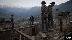 Люди на руїнах після попереднього землетрусу в Непалі, 4 травня 2015 року