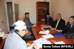 Некоторые акционеры компании «Мангистаумунайгаз» пишут коллективное письмо в офисе организации «Шанырак». Актау, 25 октября 2014 года.